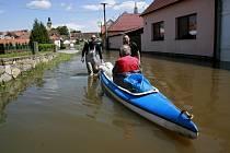 Hladina řeky Blanice v obci Putim 5. června 2013 výrazně opadla, ale celý den trval nadále 3. stupeň povodňové aktivity a evakuovaní obyvatelé se nemohli vrátit do svých obydlí.