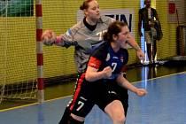 NEŠŤASTNÝ závěr domácího duelu proti Prešovu. Hostující Rebeka Čirčová (vpravo) právě překonala brankářku Petru Chalušovou a v poslední vteřině rozhodla o vítězství svého týmu.