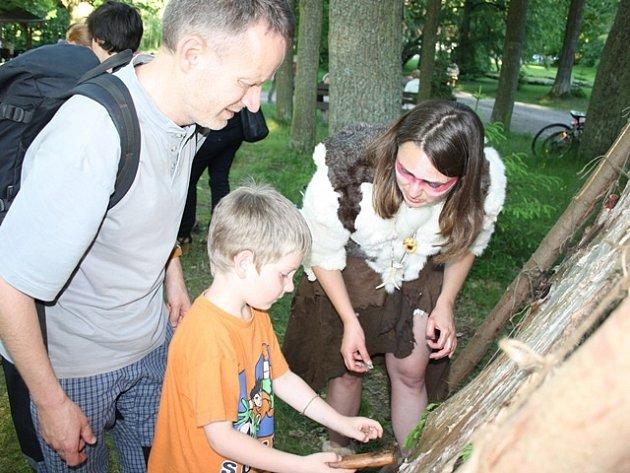 Škrábání kůže a další zajímavé činnosti si mohli návštěvníci vyzkoušet na letošní Muzejní noci v Trocnově. Akci navštívilo kolem tisícovky zájemců.