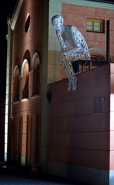 Výstava umění ve městě. Myslitel Michala Trpáka na střeše hotelu Budweis.