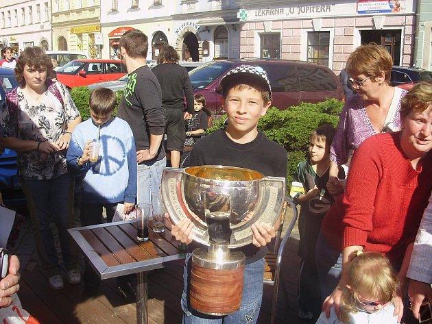 Dvanáctiletý Tomáš Šmíd se vyfotil s pohárem pro mistry světa