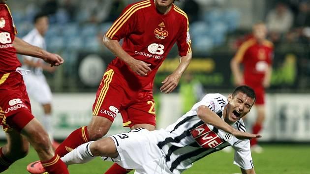 Miroslav Markovič v zápase s Duklou padá po střetu s Tomičem.