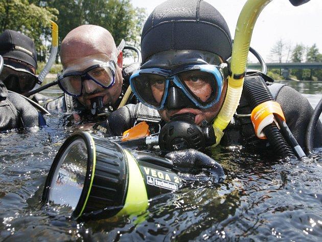 Šest potápěčů českobudějovického klubu Octopus čistilo celé sobotní odpoledne Malši u Malého jezu.