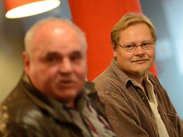 Spisovatel David Jan Žák, autor bestselleru Návrat Krále Šumavy. Vlevo na snímku Josef Vávra, syn legendárního převaděče Josefa Hasila, krále Šumavy.