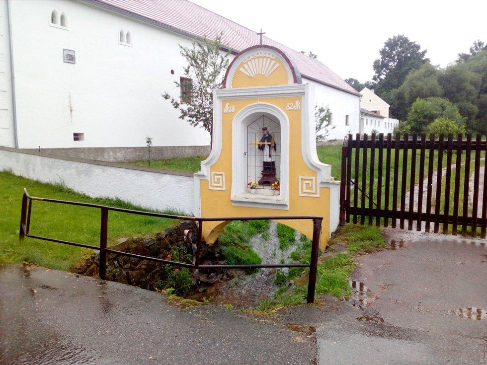Déšť 28. června 2020 zvedl průtok i v malém potoce, který protéká Zábořím na Českobudějovicku. Obvykle se voda prakticky ztrácí v korytě.