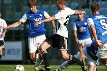 Ve vzájemném utkání obou jihočeských druholigových týmů v Č. Budějovicích bojuje Richard Kalod s hostujícím Peterem Mrázem.