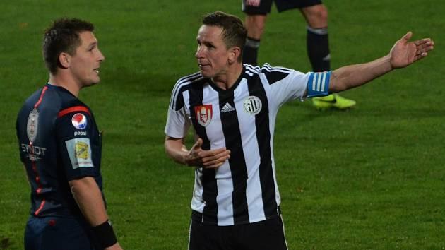 Petr Benát si v zápase s Frýdkem-Místkem měl se sudím Pechancem zřejmě co říct.
