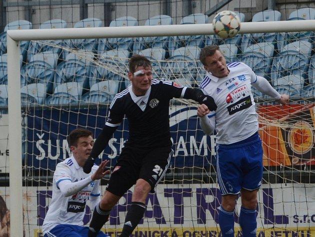 MIlan Ujec ve vzdušném souboji v zápase Dynama se Znojmem. V sobotu hraje Dynamo přípravu s Českým Krumlovem.
