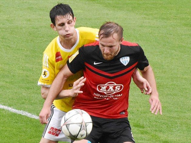 Lukáš Havel byl v derby autorem prvního gólu Dynama (na snímku v souboji s Musiolem). Derby skončilo nakonec 1:1.