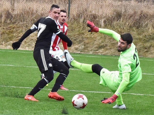 Jiří Kladrubský střílí v zápase Dynama se Žižkovem (4:1) druhý gól vítězů.