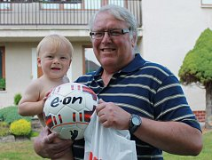 Vítěz E.ON Tip Ligy čtenářů Deníku Josef Brom starší s vnoučkem Zdeňkem, jenž je potomkem bývalé hvězdy Olympie Zdenka Hrdiny.