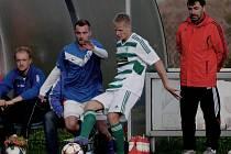 Koreš v souboji se Zadinou v duelu se Zličínem, v roli trenéra přihlíží bývalý hráč Dynama a kapitán reprezentace Jiří Němec.