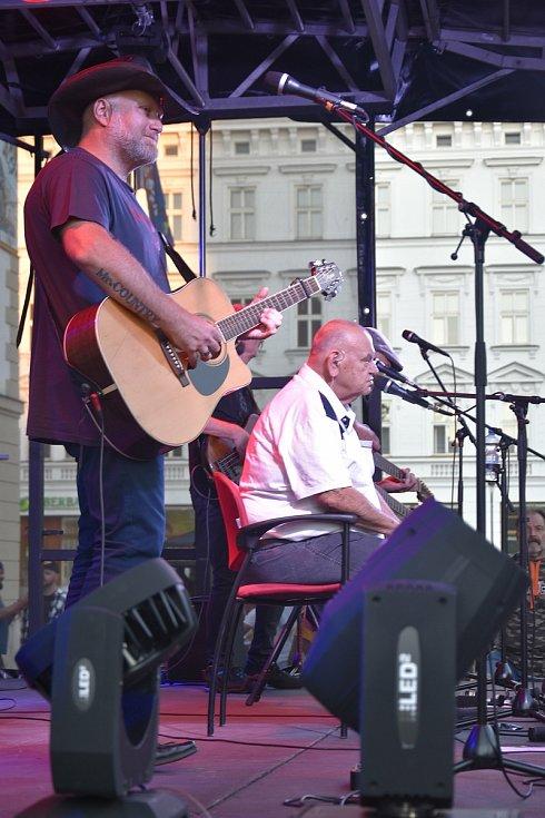 Jeden z posledních koncertů folkového písničkáře Františka Nedvěda se synem Vojtěchem a kapelou v Olomouci.