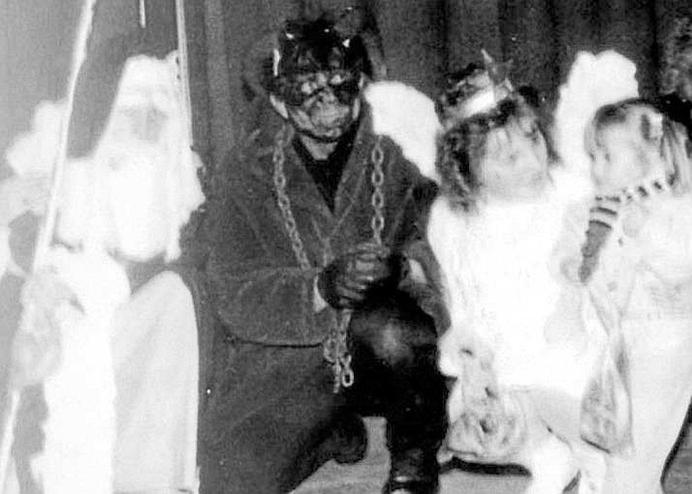 Kuriozita. Ve vojenské nemocnici, která měla být v éře socialismu na nejvyšší úrovni komunistické ideologie, už před sametovou revolucí v roce 1988 obdarovával děti zaměstnanců nejen povolený čert, ale i Mikuláš s andělem.