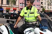 Dopravní policista Jaromír Pešek pomohl v pondělí muži, kterého postihl silný epileptický záchvat. Přestože je to jeho druhá záchrana života, za hrdinu se nepovažuje.
