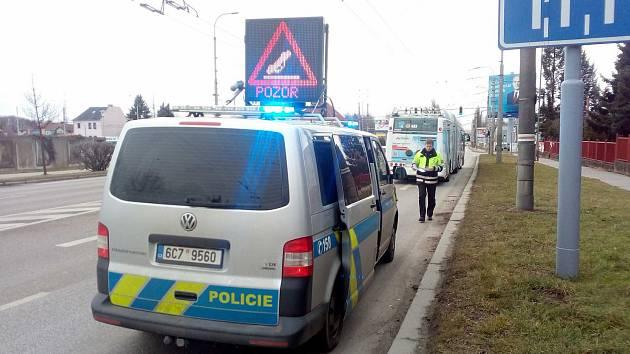 K dopravní nehodě došlo ve čtvrtek 18. ledna po 9. hodině dopoledne na Pražské třídě v Českých Budějovicích. Zranil se při ní řidič trolejbusu.