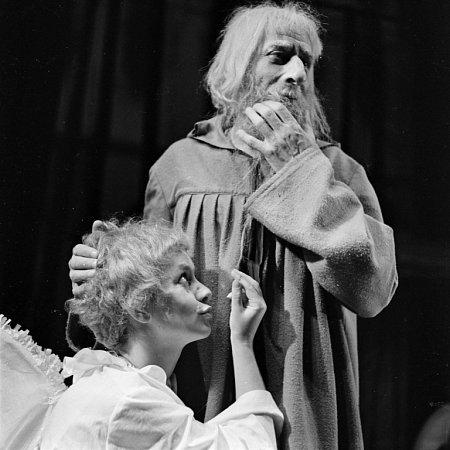 Herec Karel Roden by se 10.srpna 2014dožil 100let. Na snímku jako Školastykus vHrátkách sčertem, vlevo Bibiana Šimonová jako anděl Teofil.