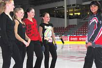 Na tréninku před mistrovstvím České republiky jsme zastihli v Budvar aréně (zleva) Evu Nowickou, Sandru Ludačkovou, Michaelu Bořkovou a Anetu Novákovou. Trenérka Iveta Bidařová (vpravo) by uvítala alespoň jednu medaili.