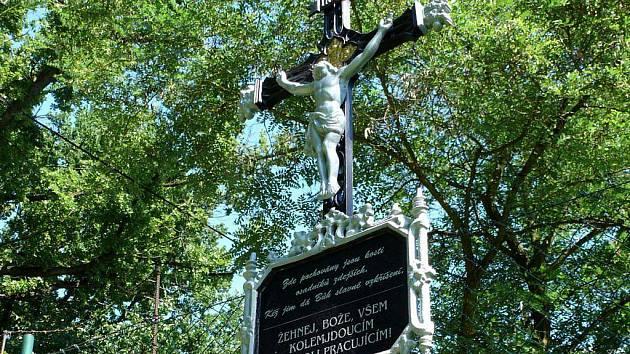 Kříž v Ledenicích se přestěhoval z Králíků louky do farské zahrady.