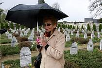 Dagmar Lieblová na hřbitově ve Volarech.