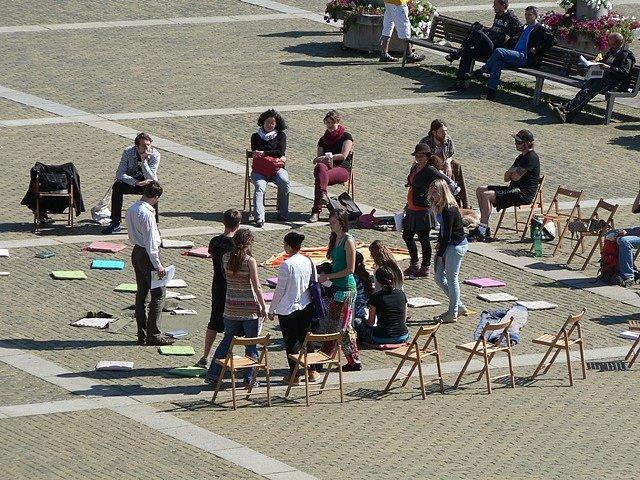 Lidé se shromáždili na náměstí Přemysla Otakara II. při akci Knihování. Ta měla vyjádřit nesouhlas s pochody pravicových radikálů v Českých Budějovicích.