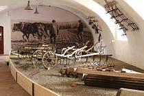 V Muzeu zemědělské techniky v Netěchovicích u Týna nad Vltavou mají máselnice, tkalcovský stav, dobový nábytek, nádobí, předměty denní potřeby, historické vozy, oje, oračky, staré traktory a originální agrohopsárium. Na snímku průvodkyně Blanka Netíková.