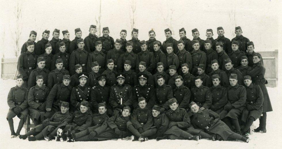 Tatínek Miroslava Huleho jako voják, 1936-37, zcela nahoře, osmý zprava.