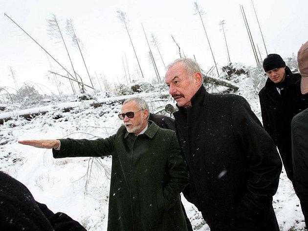 Předseda senátu Přemysl Sobotka v doprovodu ředitele Národního parku Šumava navštívil 14. října Plešné jezero.