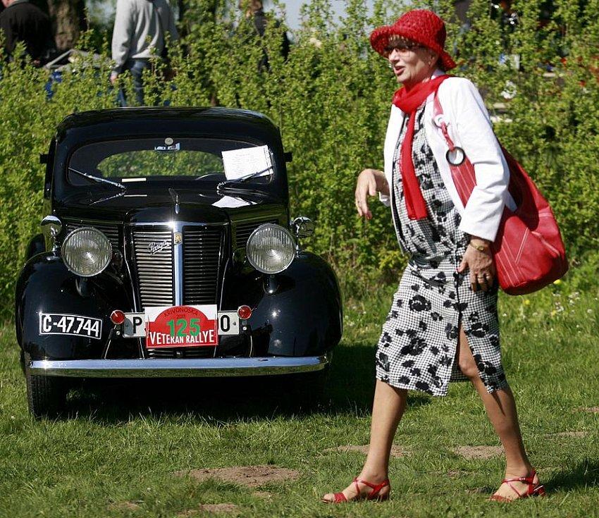 Jednačtyřicátého ročníku Veteran rallye Křivonoska, který startoval v sobotu z kempu nedaleko Hluboké nad Vltavou, se zúčastnilo na tři stovky historických automobilů a motocyklů.