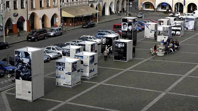 Venkovní výstava My jsme to nevzdali - Příběhy 20. století na náměstí Přemysla Otakara II. v Českých Budějovicích.  Výstava pořádaná v cyklu Paměť národa občanským sdružením Post Bellum.