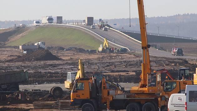 V současnosti se dálnice D3 staví na úsecích Bošilec – Ševětín a Ševětín – Borek (na snímku). U Českých Budějovic chce Ředitelství silnic a dálnic zahájit ještě letos stavbu dalších dvou úseků, a sice Úsilné – Hodějovice a Hodějovice – Třebonín.