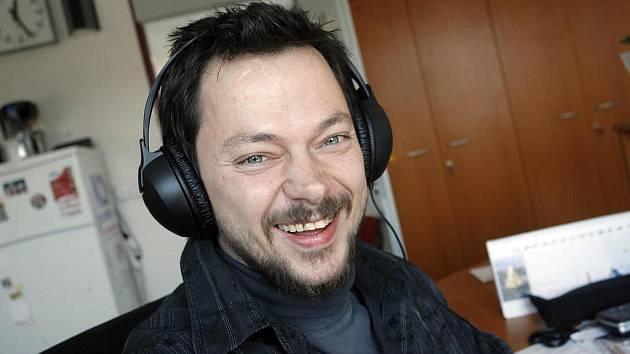 Redaktor a moderátor Ivan Studený se v rozhlase raduje.