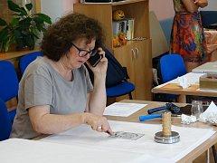 V Týně nad Vltavou se letos už potřetí konalo setkání grafiků. Na snímku Cecilia Chiavistelli z Florencie.