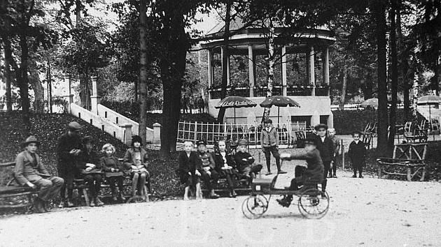 Dětské hřiště, malá zoologická zahrada, hudební pavilon. Tak vypadal v první polovině 20. století park Háječek.