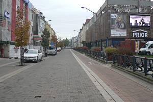 Zavřené některé obchody a omezení pohybu osob zcela vyklidily v pátek 23. října 2020 Lannovu třídu v Českých Budějovicích.