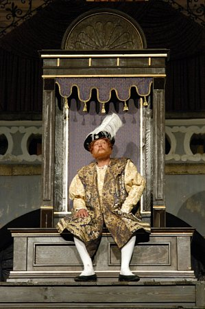 Komedie Ženy Jindřicha VIII., kterou má na repertoáru činohra Jihočeského divadla, je již devět let před otáčivým hledištěm vKrumlově pokaždé vyprodaná.  Na snímku Oldřich Vízner.