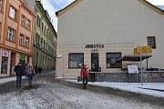 Nároží písecké Karlovy ulice dnes. Záběr je pořízen od Kamenného mostu.