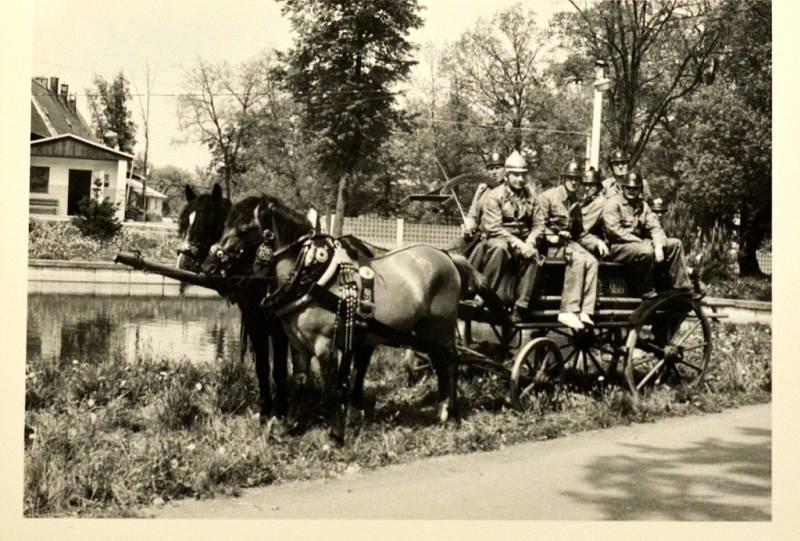 Hasiči v Čejkovicích kdysi v minulém století.