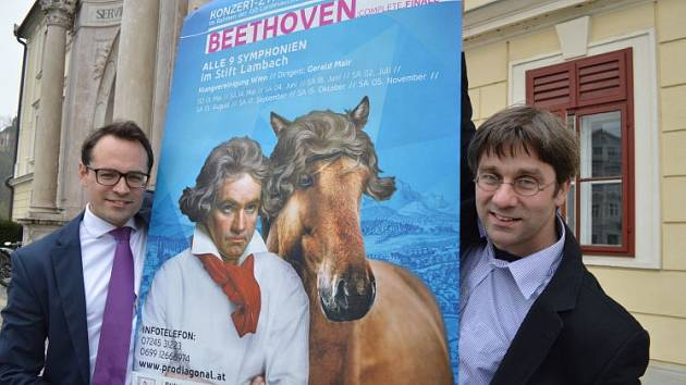 Před koncertním plakátem.
