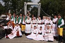 Společná fotografie Blaťáckého souboru po vystoupení na Mezinárodním dudáckém festivalu ve Strakonicích.