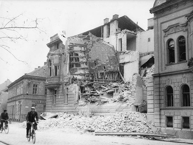 Po náletech v březnu 1945 zůstalo v Českých Budějovicích mnoho zmařených životů a zničených domů. Na snímku budova gestapa na Lannově třídě.