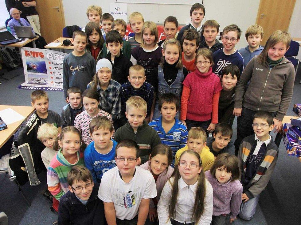 (Vpředu zleva) Jonáš Havelka, Vojtěch Hypša a Michaela Kašparová se mohou radovat z postupu do celostátního kola Logické olympiády, které se uskuteční v Praze. Mezi nejlepší se dostali  v kategorii 1. stupně základních škol.