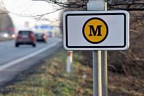 Nové dopravní značky pro úsek, kde se platí mýtné.