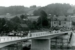 Zatěžkávací zkouška nového mostu přes Vltavu v Týně tanky 17. tankového pluku v létě 1968.
