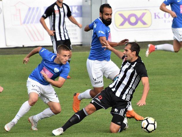 V druholigovém derby Táborsko - Dynamo (1:1) vedoucí gól domácích dal Christian Frýdek (vlevo) a za hosty vyrovnal David KLedecký (vpravo).