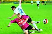Sezimoústecký Vesecký v sobotním třetiligovém derby s juniorkou Dynama zastavuje hostujícího Stráského.