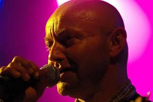 Oblíbená poprocková skupina Vltava začíná po sedmi letech opět koncertovat. Ve čtvrtek přijede do budějovické Baziliky (na snímku zpěvák Robert Nebřenský).