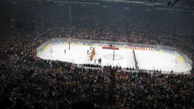 V Gelsenkirchenu bylo zahájeno MS v hokeji, padl světový rekord v návštěvnosti, zápas sledovali 77 803 diváci