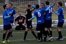 Miljan Vukadinovič v chumlu svých spoluhráčů slaví, brankář Jindřich Vokatý zpytuje svědomí. Derby Táborsko - Dynamo v lize juniorů (1:0) rozhodla chyba gólmana hostí.