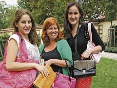 Sbírku kabelek předávají zleva: Martina Lošková, Magdalena Hluštíková a Tereza Lošková.